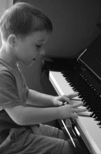jeune_enfant_au_piano